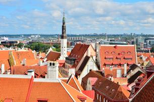 コフトゥ展望台から見たエストニア・タリン世界遺産の旧市街の中世的な建物が並ぶ景観と遠くに見える新市街・旧市街は世界遺産の写真素材 [FYI03417535]