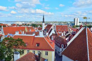 コフトゥ展望台から見たエストニア・タリン世界遺産の旧市街の中世的な建物が並ぶ景観と遠くに見える新市街・旧市街は世界遺産の写真素材 [FYI03417544]