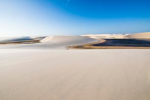 レンソイスの砂丘と湖の写真素材 [FYI03417554]