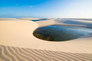 レンソイス砂漠の湖と風紋の写真素材 [FYI03417559]