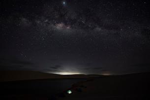 レンソイス砂漠の星空とキャンプの灯りの写真素材 [FYI03417563]