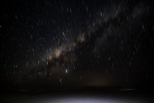 レンソイス砂漠の星の軌跡と銀河の写真素材 [FYI03417565]