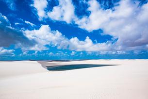 レンソイス砂漠と湖と雲の写真素材 [FYI03417569]