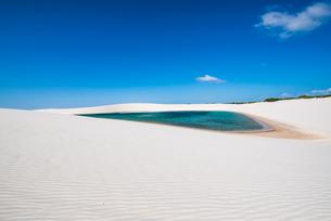 レンソイス砂漠の風紋と湖の写真素材 [FYI03417583]