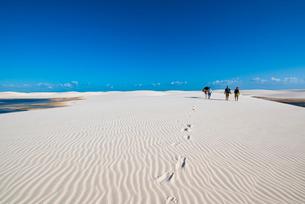 レンソイス砂漠を歩く人と馬の写真素材 [FYI03417593]
