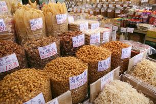 西營盤にある徳輔道西(デ・ヴー・ロード・ウェスト)の「海味街」で売られる干し貝柱などの高級中華食材。乾貨とも呼ばれるの写真素材 [FYI03417596]