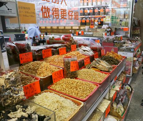西營盤にある徳輔道西(デ・ヴー・ロード・ウェスト)の「海味街」で売られる干し貝柱や干しエビなどの高級中華食材。乾貨とも呼ばれるの写真素材 [FYI03417597]