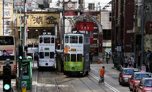 路面電車トラム。香港の庶民の足。の写真素材 [FYI03417609]