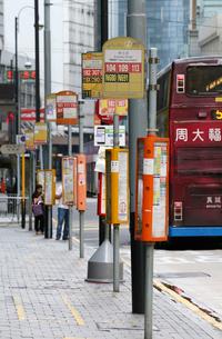香港島のバス乗り場。トラム、地下鉄とともに、重要な交通機関の写真素材 [FYI03417611]