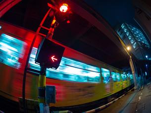 【香川県】夜に琴電が通り過ぎる様子の写真素材 [FYI03417622]