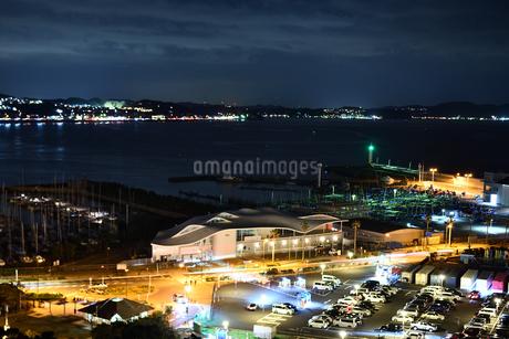 夜のヨットハーバーの写真素材 [FYI03417744]