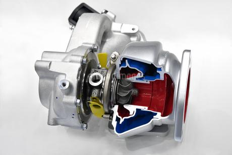 自動車エンジンのターボチャージャーの写真素材 [FYI03417746]