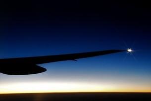 夕焼けに光るパイロットランプの写真素材 [FYI03417748]