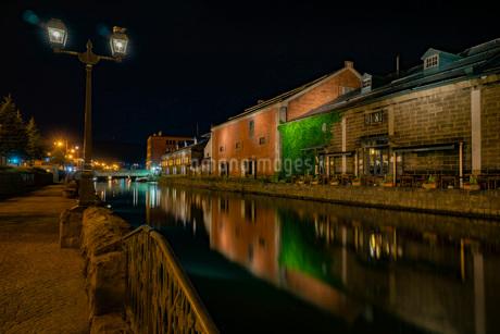 夜の小樽運河と倉庫群 -日本-の写真素材 [FYI03417760]