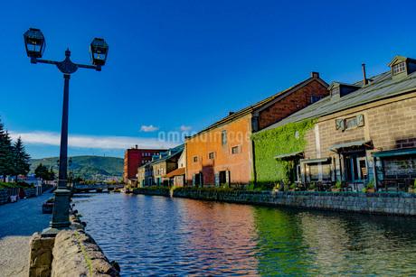 小樽運河と倉庫群とランプの写真素材 [FYI03417761]