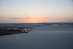 レンソイス砂漠の夕日と砂丘の写真素材 [FYI03417779]