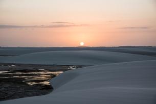 レンソイス砂漠の日没と砂丘の写真素材 [FYI03417780]
