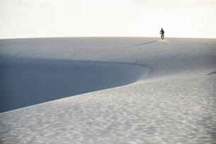 レンソイス砂漠を走る人影の写真素材 [FYI03417789]