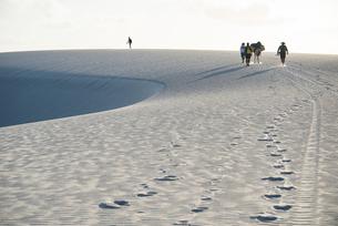 レンソイス砂漠を歩く人と足跡の写真素材 [FYI03417791]