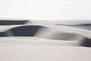 レンソイス砂漠の白い大砂丘と湖の写真素材 [FYI03417793]