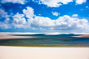 レンソイス砂漠の湖と雲の写真素材 [FYI03417799]