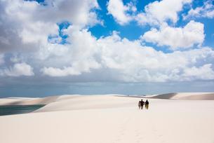 レンソイス砂漠を歩く人と地平線の写真素材 [FYI03417808]