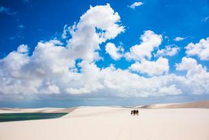 レンソイス砂漠を歩く人と雲の写真素材 [FYI03417809]