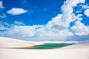 レンソイス砂漠のエメラルドの湖と雲の写真素材 [FYI03417810]