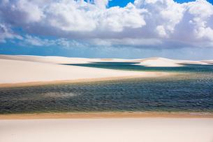 レンソイス砂漠の湖と雲の写真素材 [FYI03417818]