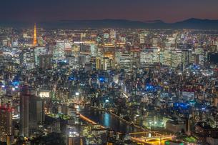 東京タワーとビル群の夜景の写真素材 [FYI03417885]