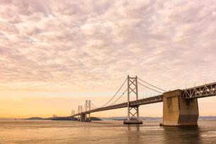 夕方の瀬戸大橋と瀬戸内海の写真素材 [FYI03417900]