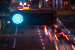 夜の信号機と交通の様子の写真素材 [FYI03417912]