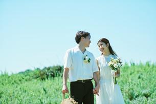 ウェディング 花畑 カップルの写真素材 [FYI03418002]