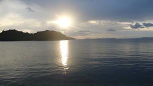 坂越(さこし)の海で見た朝日in兵庫県赤穂市の写真素材 [FYI03418119]