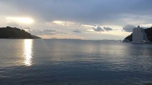 坂越(さこし)の海で見た朝日in兵庫県赤穂市の写真素材 [FYI03418120]