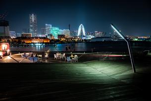 大さん橋からみたみなとみらいの夜の様子の写真素材 [FYI03418260]