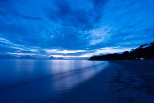朝の海辺の写真素材 [FYI03418392]