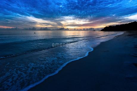 朝の海辺の写真素材 [FYI03418393]