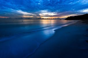朝の海辺の写真素材 [FYI03418394]