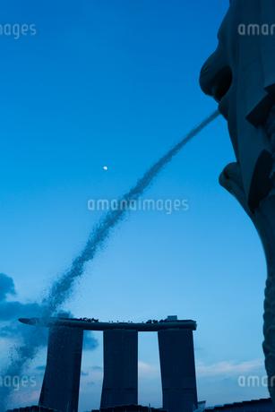 マーライオンと月の写真素材 [FYI03418430]