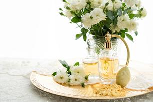 クラシックな香水瓶と白いバラの花の写真素材 [FYI03418435]
