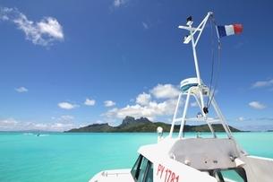 タヒチ、ボラボラ島 ラグーンを行くクルーザーの写真素材 [FYI03418444]