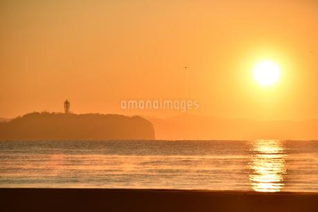 夜明けの海と江の島の写真素材 [FYI03418445]