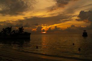 モルディブの夕日の写真素材 [FYI03418512]