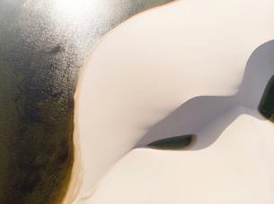 レンソイス砂漠の湖と砂丘の空撮の写真素材 [FYI03418530]