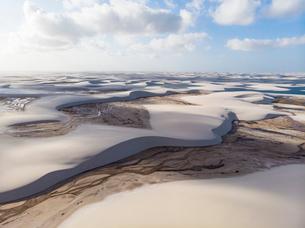 レンソイス砂漠の川と湖を空撮の写真素材 [FYI03418533]