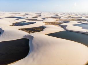 レンソイス砂漠の湖沼群の空撮の写真素材 [FYI03418534]