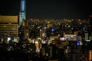文京シビックセンターから見えるスカイツリーの写真素材 [FYI03418765]