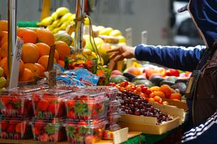 フルーツを売っている露店の写真素材 [FYI03418773]