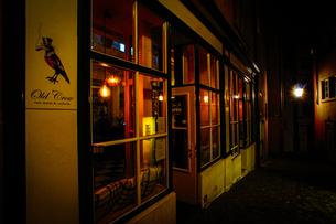 スイス・チューリッヒの旧市街の街並み(夜景)の写真素材 [FYI03418774]